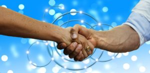 partenaires se serrant la main